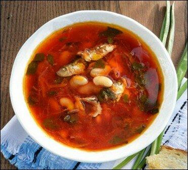 Борщ с фасолью, грибами и килькой