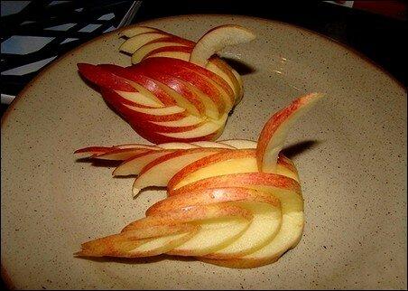 Лебеди из красного яблока