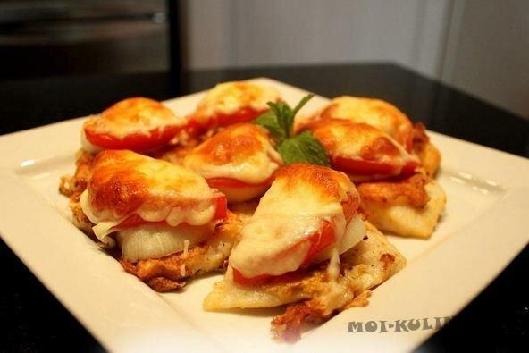 Филе рыбы с помидорами под сыром