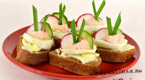 Бутерброды с маслом, яйцом и икрой мойвы