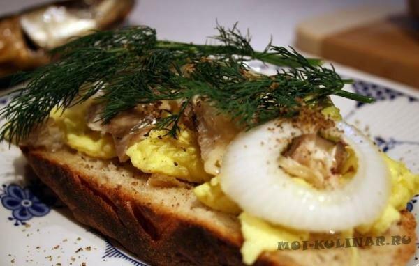 Бутерброд яичница с селедкой