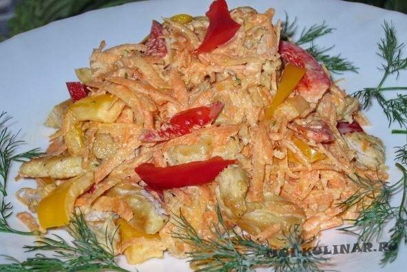 Салат с курицей и овощами в сметане