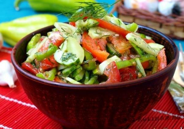 Салат из летних овощей с чесноком