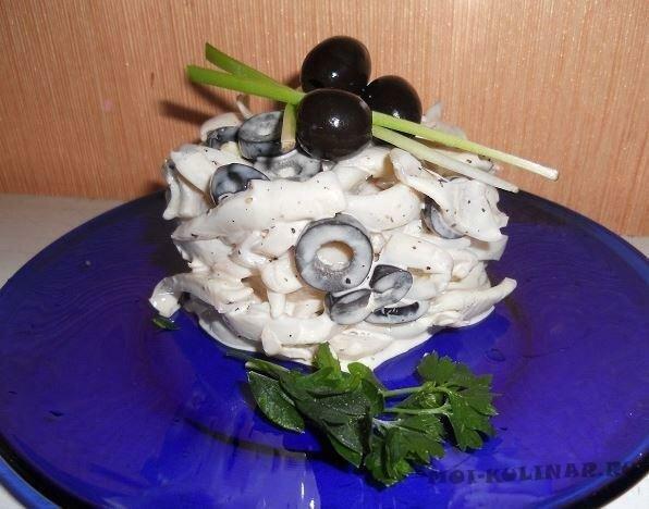Салат из кальмаров и оливок