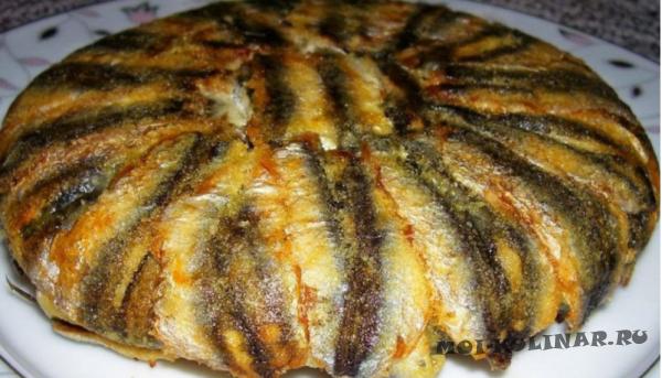 Жареный рыбный пирог из мойвы без теста на сковороде